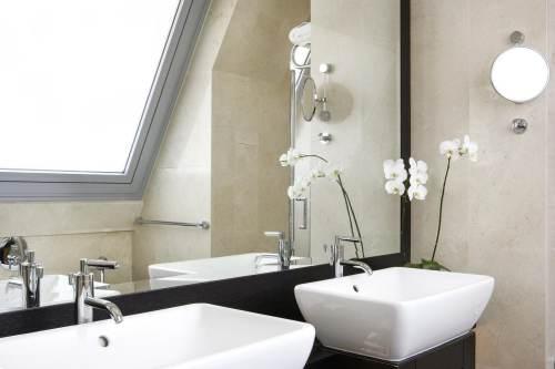 Hotel Daios bathroom